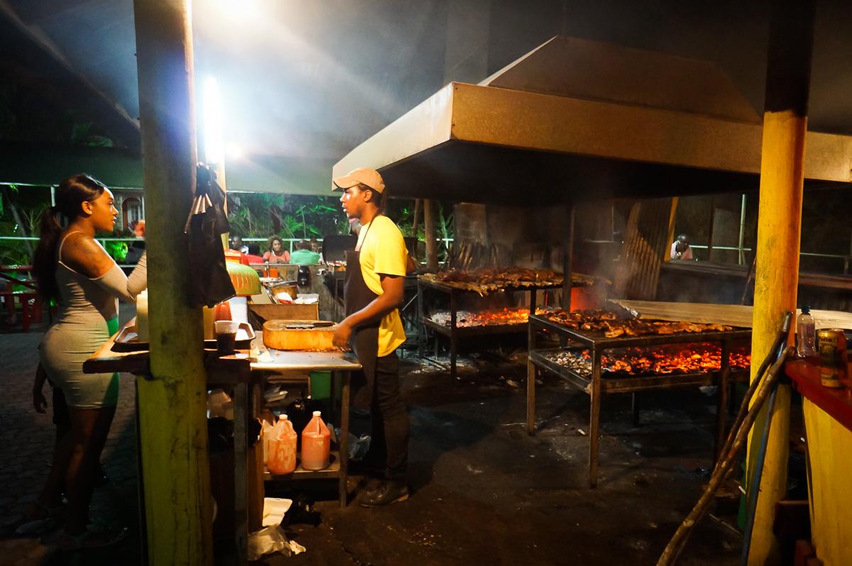 Den lokala jerk chicken-syltan i Montego Bay, Jamaica.